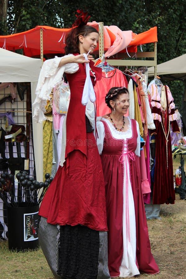 Middeleeuwse Vrouwenacrobaat royalty-vrije stock afbeelding