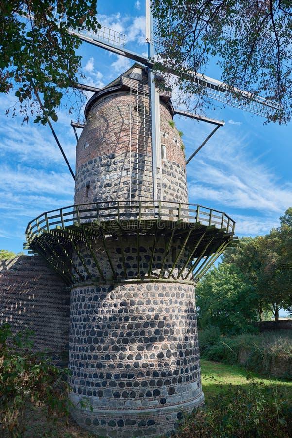 Middeleeuwse Windmolen van Zons met blauwe Hemel stock afbeelding