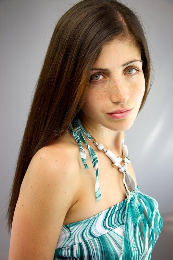 Middelgroot schot van mooi ernstig vrouwelijk model royalty-vrije stock afbeelding
