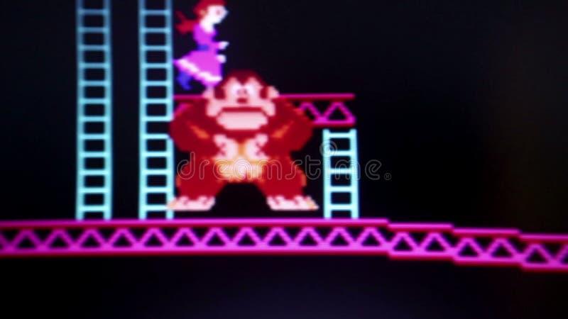 Middelgrote Macro van de gorillakarakter die 'van Ezelskong' blauwe ladders beklimmen terwijl c stock videobeelden