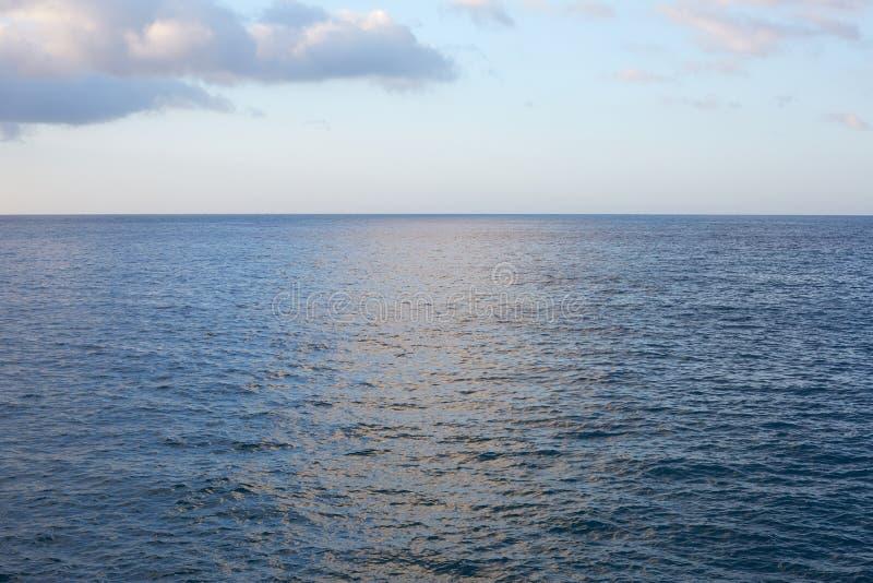 Middellandse blauwe, kalme Zee met horizon in de ochtend stock afbeeldingen
