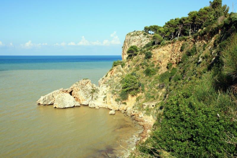 Middellandse kustrotsen & Zee. Sicilië royalty-vrije stock afbeelding