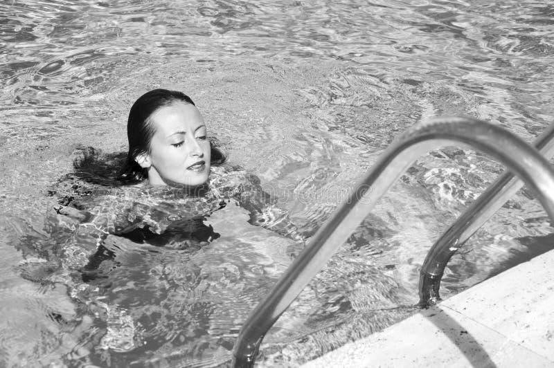 Middellandse Zee dope Kuuroord in pool De zomervakantie en reis naar de Maldiven Vrouw in zwembad Het strand van Miami is zonnig stock foto's