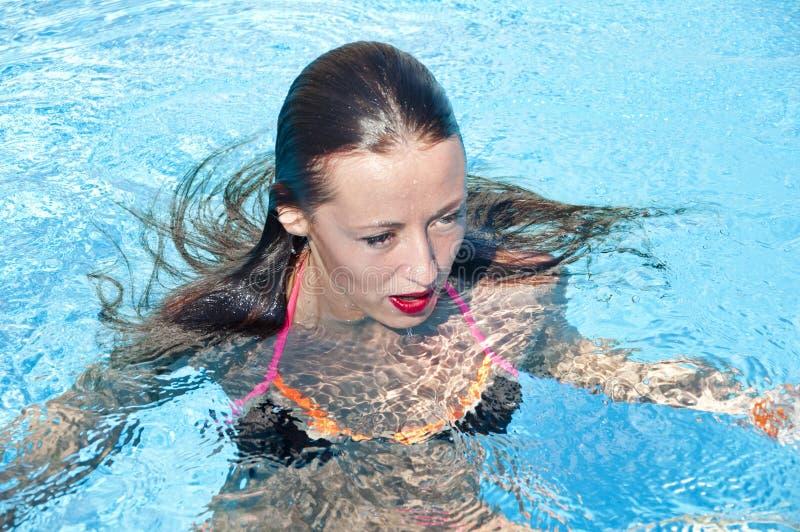 Middellandse Zee dope Kuuroord in pool Vrouw in zwembad Het strand van Miami is zonnig swag De zomervakantie en reis naar royalty-vrije stock foto's