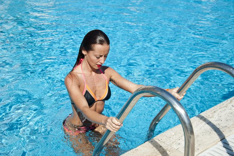 Middellandse Zee Dope Spa in pool Vakantie van de zomer en reis naar de maldiven vrouw in het zwembad Miami strand is zonnig royalty-vrije stock afbeeldingen