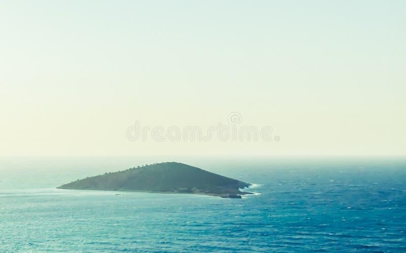 Middellandse Zee kust en eilanden in de zomer, de reiservaring van de jachtcruise stock afbeelding