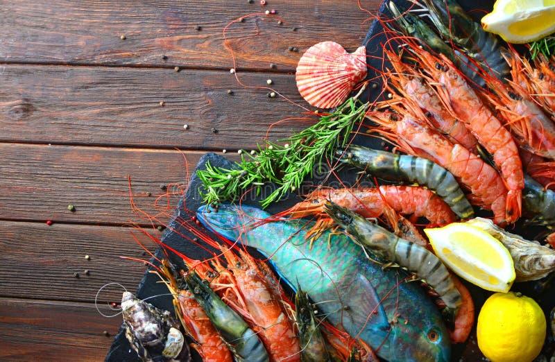 Middellandse Zee restaurantkeuken Koninklijke en tijgergarnalen, oesters, vissen en ingrediënten voor het koken royalty-vrije stock foto's