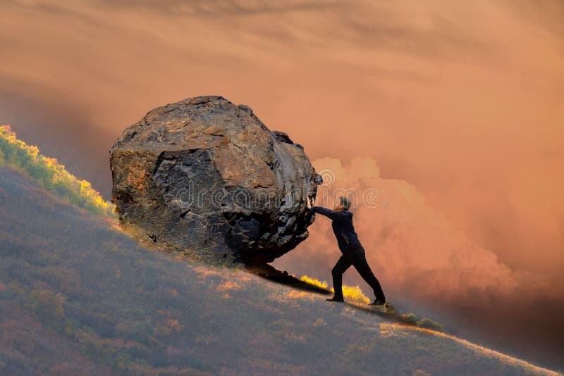Midden-leeftijdsmens die een dalende rots duwen stock afbeelding