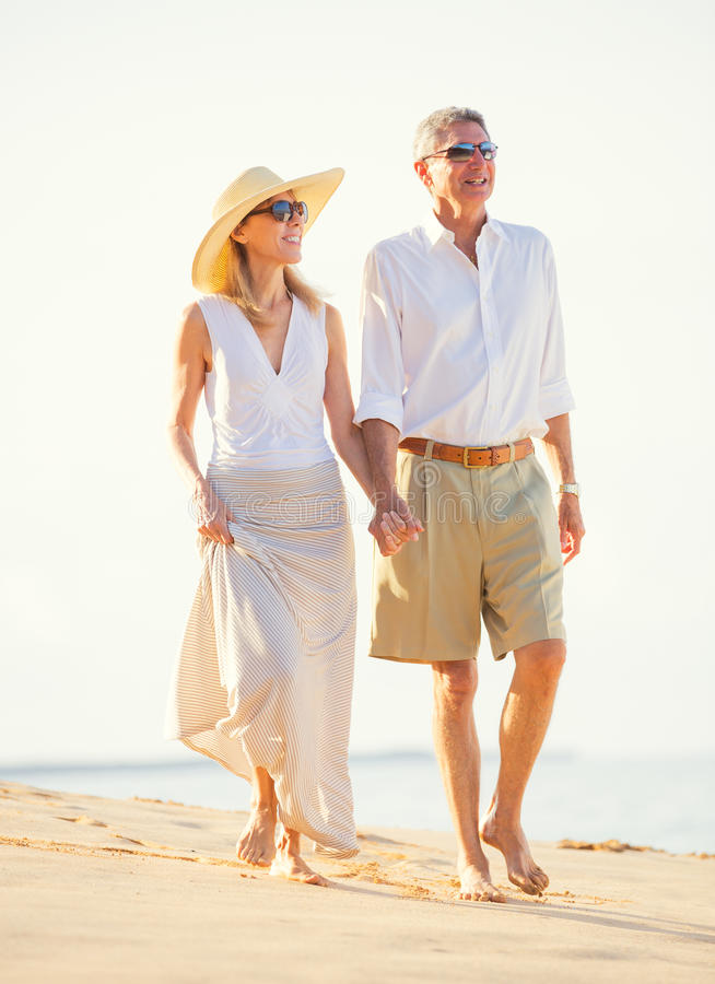 Midden Oud Paar die van Gang op het Strand genieten stock afbeelding