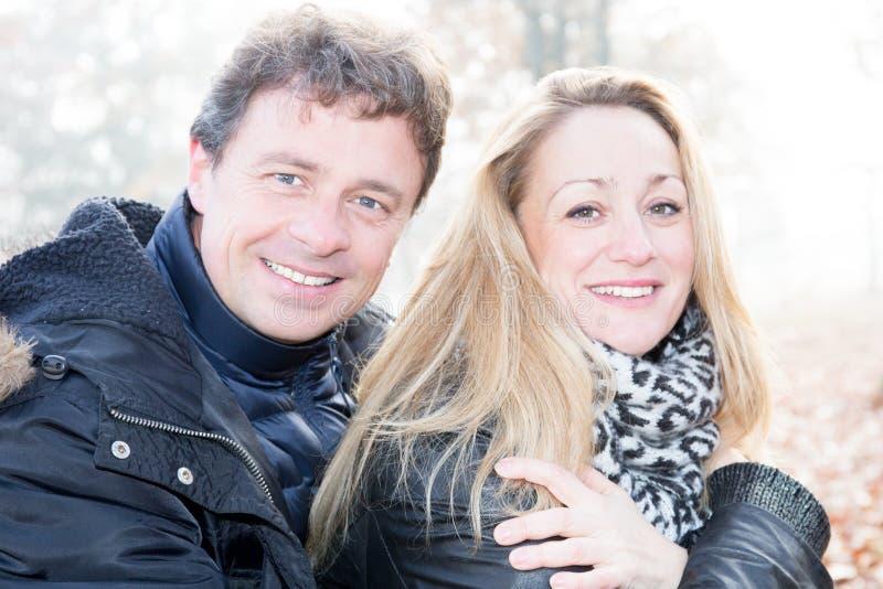 Midden oud paar in liefde in dagoutrdoor royalty-vrije stock fotografie
