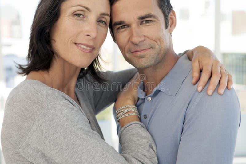 Midden oud paar in liefde het koesteren - sluit omhoog stock afbeelding