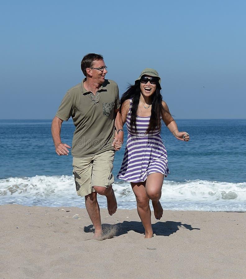 Midden oud paar op zandig strand royalty-vrije stock fotografie