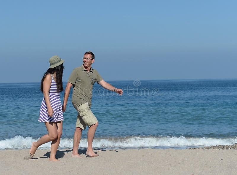 Midden oud paar op zandig strand royalty-vrije stock foto's