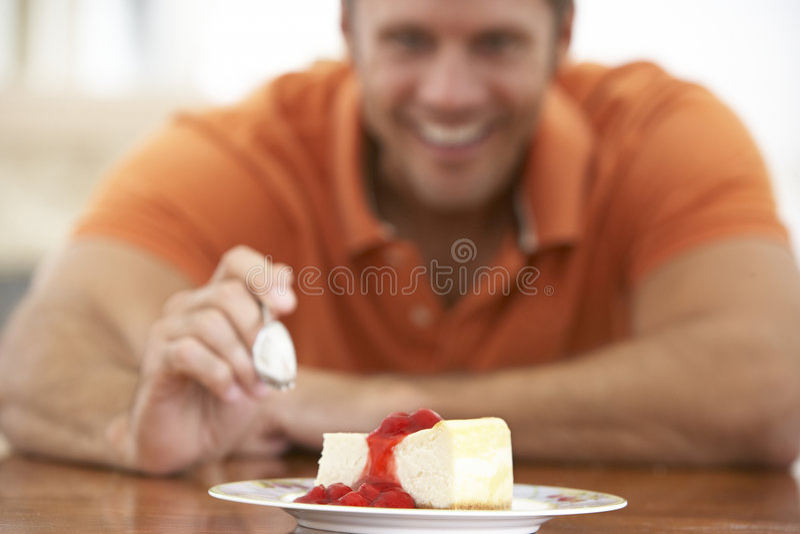 Midden Oude Mens die Kaastaart eet royalty-vrije stock foto