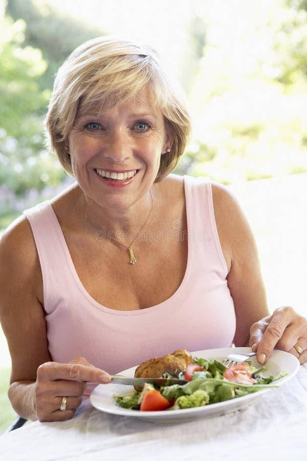 Midden Oude Vrouw die een Al Lunch van de Fresko eet stock afbeelding