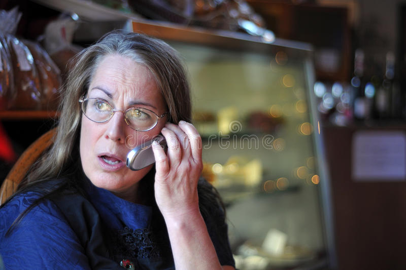 Midden oude vrouw die op celtelefoon spreekt royalty-vrije stock foto's