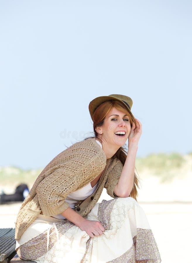 Midden oude vrouw die in openlucht lachen royalty-vrije stock afbeelding