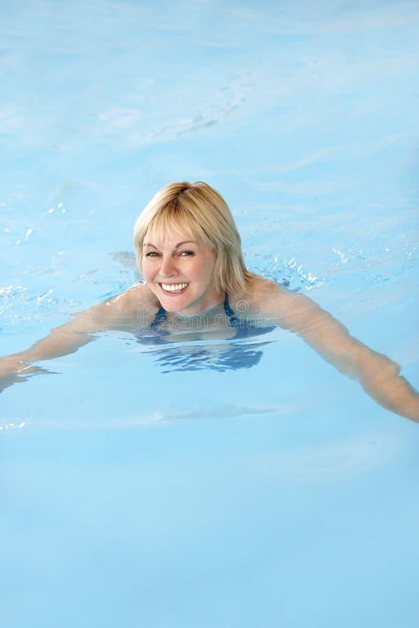 Midden Oude Vrouw die in Pool zwemt royalty-vrije stock afbeeldingen