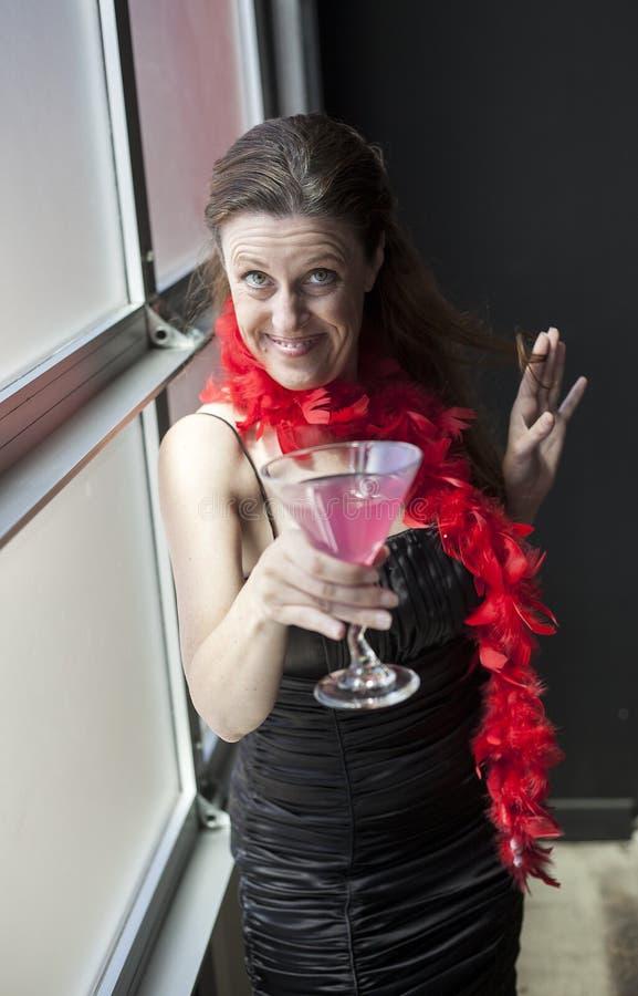 Midden Oude Vrouw in Zwarte Kleding met Roze Martini stock afbeelding