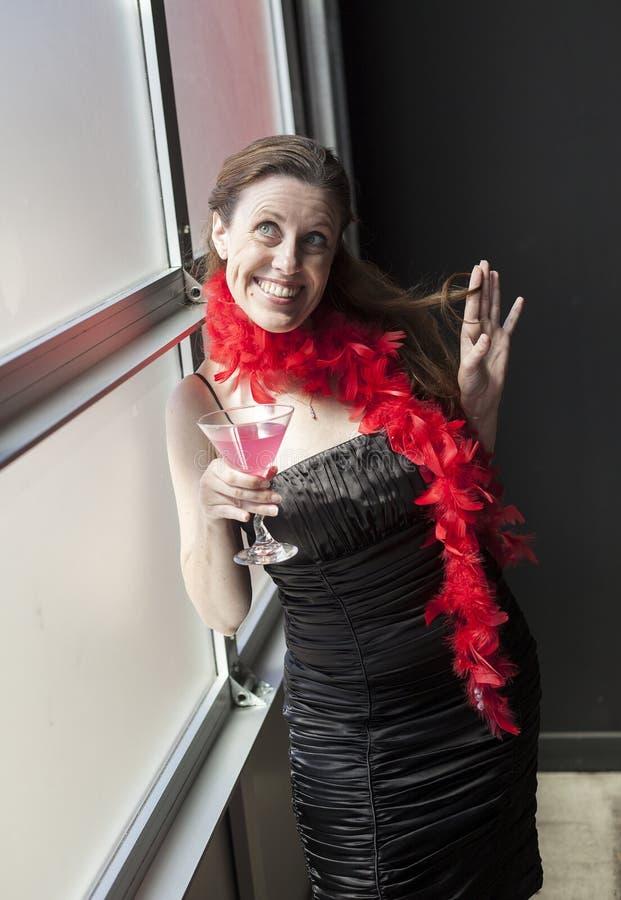 Midden Oude Vrouw in Zwarte Kleding met Roze Martini royalty-vrije stock foto