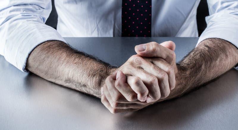 Midden oude zakenmanhanden die woede, spanning of aggressiviteit tonen stock afbeelding