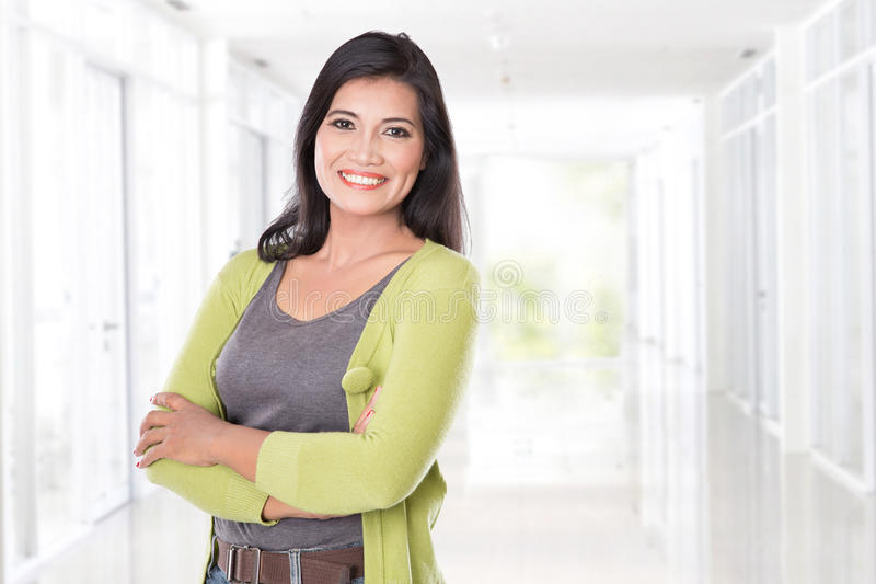 Middenleeftijds het Aziatische vrouw glimlachen royalty-vrije stock foto