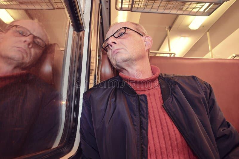 Middenleeftijdsmens die uit het venster van trein kijken Passagier tijdens reis door hoge snelheidssneltrein in Europa royalty-vrije stock afbeeldingen