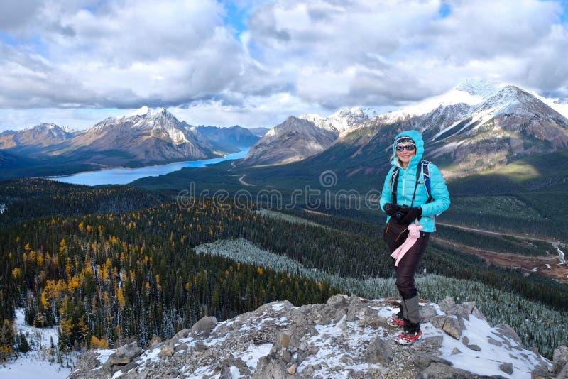 Middenleeftijdsvrouw die op bergbovenkant in Canadese Rotsachtige Bergen wandelen royalty-vrije stock afbeelding