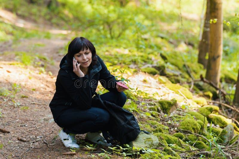 Middenleeftijdsvrouw, op wandelingsreis stock afbeeldingen