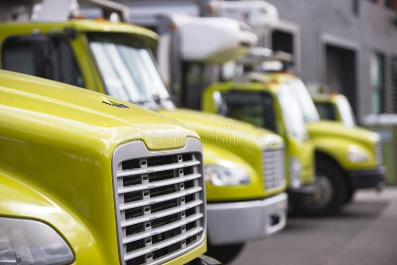 Middenstand semi vrachtwagens met doosaanhangwagens voor zich het bewegen en delive stock afbeelding