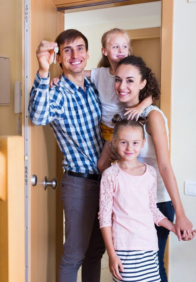Middenstandfamilie in nieuw huis stock foto