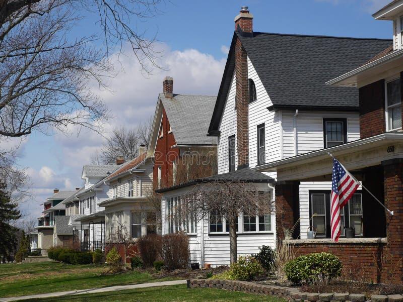 Middenstandhuizen op Amerikaanse straat in de voorsteden stock foto's