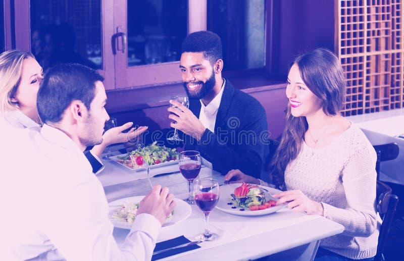 Middenstandmensen die van voedsel genieten stock foto's