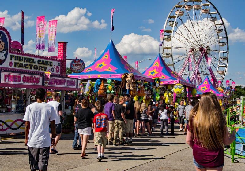 Middenweg in 16de Jaarlijks Salem Fair stock afbeeldingen