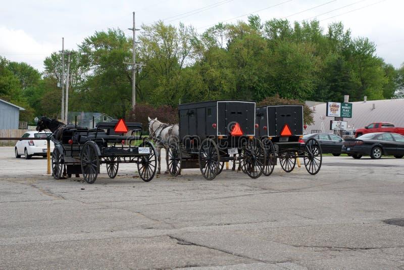 MIDDLEBURY, INDIANA, ESTADOS UNIDOS - 22 de mayo de 2018: Vista del carro de Amish a lo largo de la ciudad, sabida para la vida s imagen de archivo