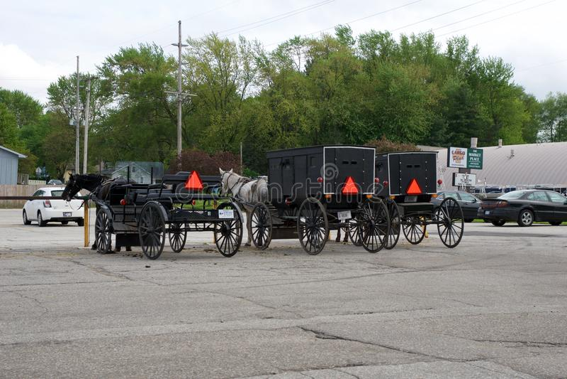 MIDDLEBURY, INDIANA, ESTADOS UNIDOS - 22 de mayo de 2018: Vista del carro de Amish a lo largo de la ciudad, sabida para la vida s imagen de archivo libre de regalías