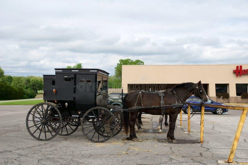 MIDDLEBURY INDIANA, FÖRENTA STATERNA - MAY 22nd, 2018: Sikt av den amish vagnen längs staden som är bekant för den enkla uppehäll royaltyfri bild
