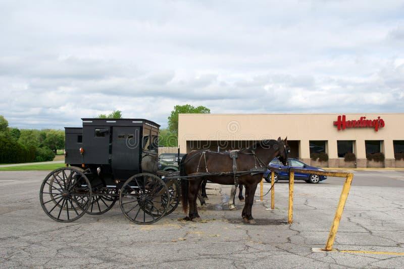 MIDDLEBURY, INDIANA, STATI UNITI - 22 maggio 2018: Punto di vista del trasporto di Amish lungo la città, conosciuto per la vita s fotografie stock