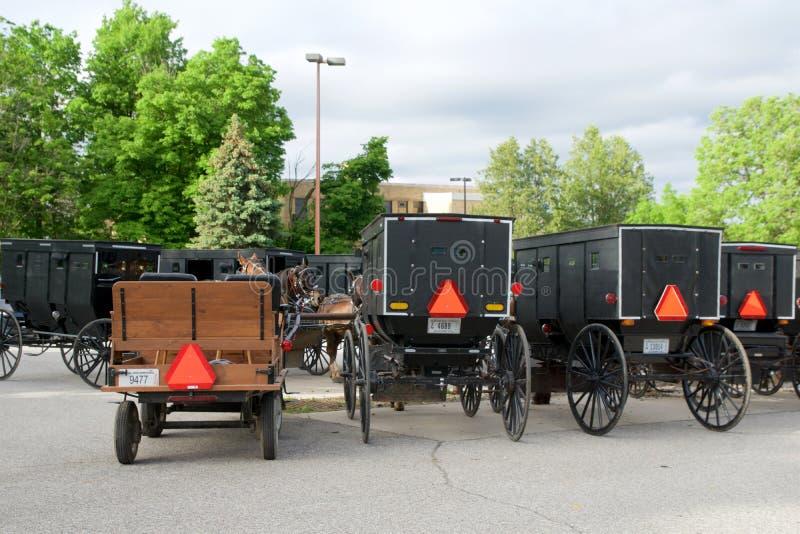 MIDDLEBURY, INDIANA, STATI UNITI - 22 maggio 2018: Punto di vista del trasporto di Amish lungo la città, conosciuto per la vita s fotografia stock