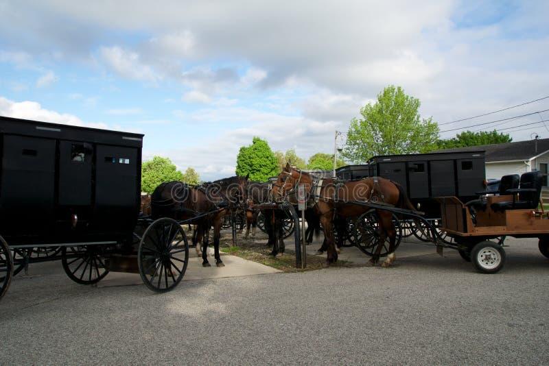 MIDDLEBURY, INDIANA, STATI UNITI - 22 maggio 2018: Punto di vista del trasporto di Amish lungo la città, conosciuto per la vita s fotografia stock libera da diritti