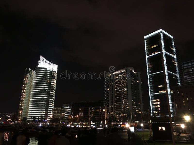 Middleeast noc zaświeca budynku niebo obrazy stock