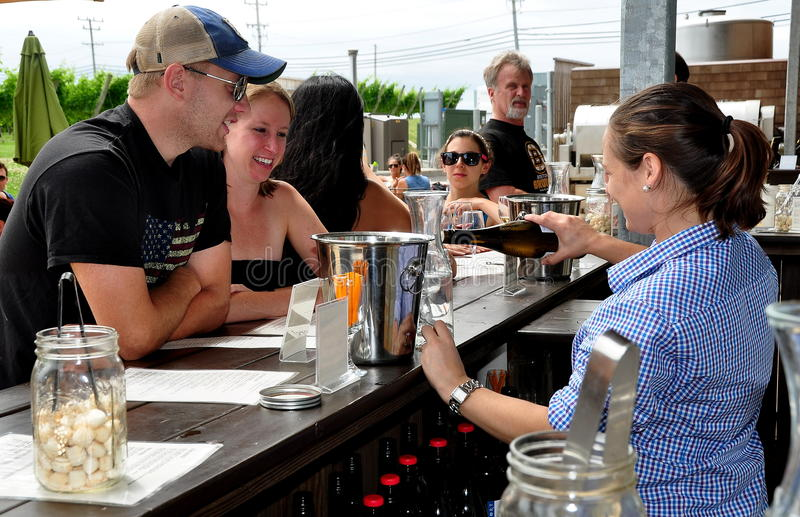 Middletown, RI: Paar die van Wijn het Proeven genieten royalty-vrije stock afbeelding