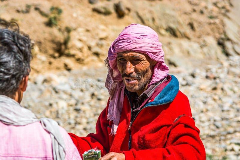 Midelt, Marokko - Oktober 05, 2013 Berberherder die sigaret aanbieden royalty-vrije stock afbeelding