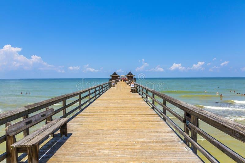 Midi au pilier de Naples sur le golf de plage photos stock