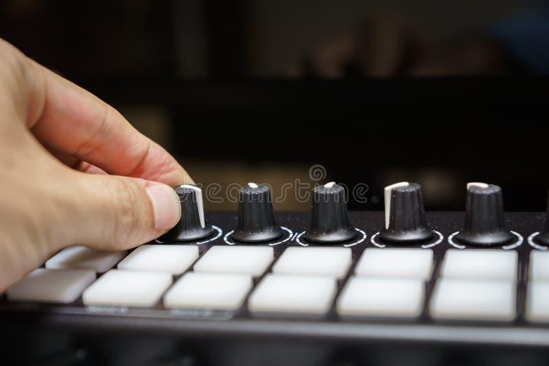 MIDI syntetyka klawiaturowe gałeczki i ochraniacze obrazy stock