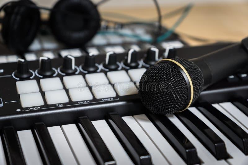 MIDI-Tastatursynthesizer und -mikrofon stockbilder