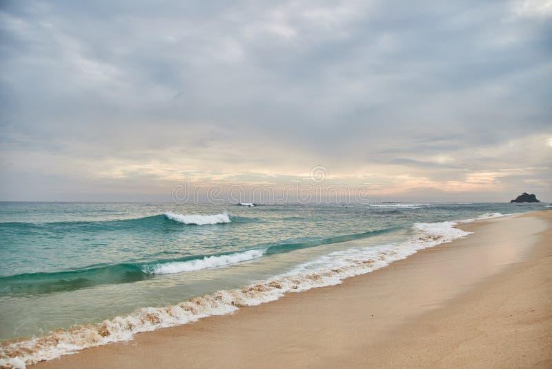 Midigama plaża zachód słońca na oceanie indyjskim Midigama, Sri Lanka obrazy stock