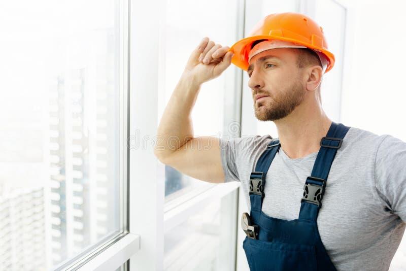 Midja upp av anseendet för konstruktionstekniker i kontoret arkivbild
