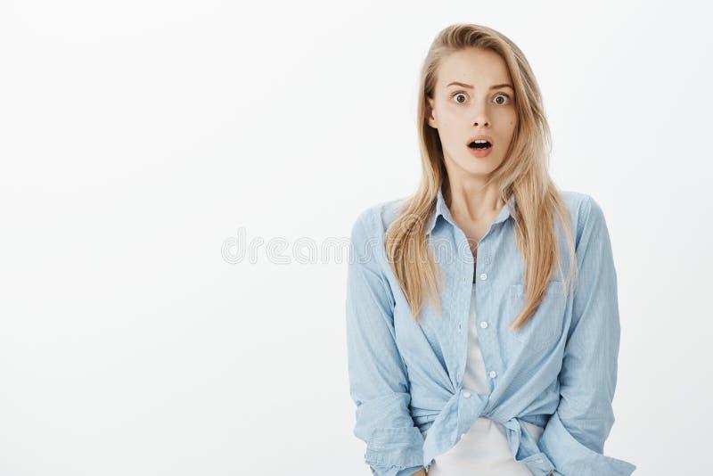 Midja-uppskottet av den chockade europeiska kvinnliga coworkeren i stilfull kläder och att tappa käken och att säga överraskar oc royaltyfria bilder