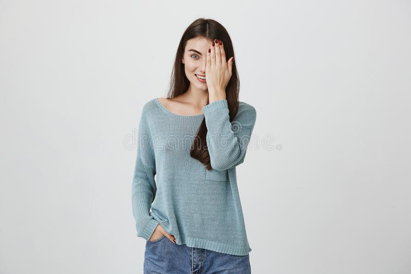 Midja-uppstående av den härliga glade charmiga unga brunettkvinnan i lös tröja som lyckligt inomhus ler och att ha gyckel arkivbild